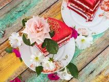 Ett härligt rött bärstycke av kakan i ett närbildavsnitt royaltyfri bild