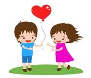Ett härligt romantiskt par med en ballong i formen av en hjärta Arkivfoto