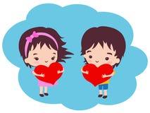 Ett härligt romantiskt par som rymmer röda hjärtor Royaltyfri Fotografi