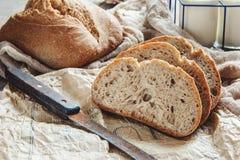 Ett härligt släntrar av sourdoughbröd från vitt vete på en platta på en linnekant hemlagade bakelser royaltyfri foto