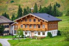 Ett härligt typisk berggästhus på österrikiska fjällängar Royaltyfria Bilder