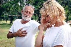 Ett högt äldre par som har argument med spänningsframsidan royaltyfria bilder