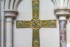 Ett högt utsmyckat jewelled kors på Tyntesfield i Somerset arkivfoto