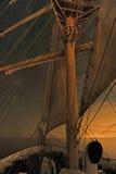 Ett högväxt skepp under stjärnorna arkivbilder