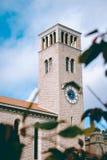 Ett högväxt stenar clocktower royaltyfri fotografi
