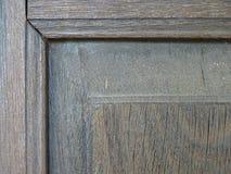 Ett hörn av den bruna fönsterramen som göras av trä royaltyfria foton