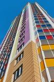 Ett hörn av en flervånings- byggnad, sikten från botten Fotografering för Bildbyråer