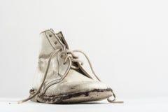 Ett halvt par av gammalt behandla som ett barn skor på vit Royaltyfri Foto