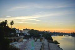 Ett handlag av soluppgång över den Guadalquivir floden i Seville, Spanien royaltyfri foto
