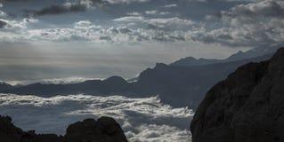 Ett hav av moln dekorerar berg royaltyfri bild