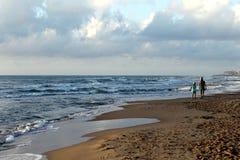 Ett hav i stillhet, blå himmel och strandlandskap Arkivfoto