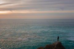 Ett havlandskap med en enslig person royaltyfri bild