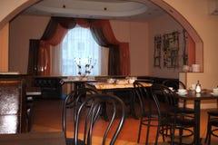 Ett hemtrevligt kafé i den älskade staden Arkivbild