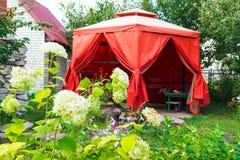 Ett hemtrevligt tält i sommarträdgården Royaltyfri Bild