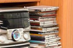 Ett HiFitorn med en samling av musik på CD och DVD royaltyfri bild