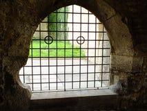 Ett historiskt fönster med metallstänger Royaltyfria Bilder