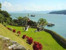 Ett historiskt fort i vattnet runt om Florianopolis royaltyfri foto