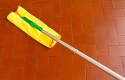 Ett hjälpmedel för att damma av golven Arkivfoto