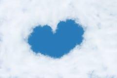 ett hjärta format moln på blå himmel arkivbilder