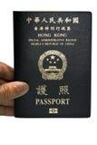 Ett Hong Kong pass med en hand som isoleras på vit bakgrund Royaltyfria Foton
