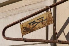 Ett hopfällbart metallstaket på byggnaden av Catherine Palace nära Lefortovo parkerar i Moskva Numren på plattan: ` n för ` 137 Royaltyfria Foton