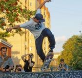 Ett hopp på en skateboard fotografering för bildbyråer