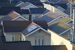 Ett hus använder solpaneler Royaltyfri Foto