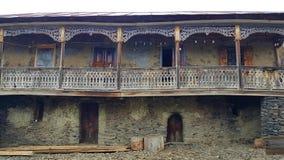 Ett hus i byn av Shenakho i Kaukasus berg i Georgia arkivfoton