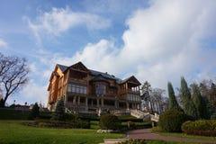 Ett hus i höst parkerar Mezhigorie i Ukraina som namnges Honka arkivbild