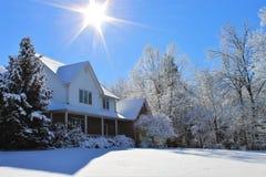 Ett hus i snön arkivbilder