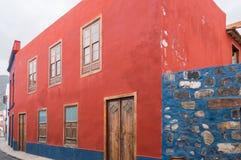 Ett hus med den röda fasaden av Canarian arkitektur på önollan Arkivbilder