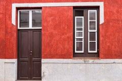 Ett hus med den röda fasaden av Canarian arkitektur på önollan Royaltyfria Foton