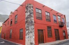 Ett hus med den röda fasaden av Canarian arkitektur på önollan Arkivfoto