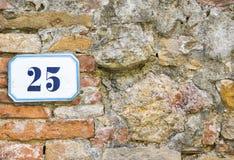 Ett hus nummer tjugofem & x28; 25& x29; på en vägg i Pienza Tuscany Arkivbild