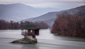 Ett hus på floden Drina i Serbien Royaltyfria Bilder