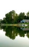 Ett hus reflekterat på en lake Fotografering för Bildbyråer