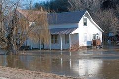 Ett hus som översvämmas av den Minnesota floden Arkivbilder