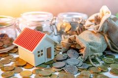 Ett hus som göras av tjugo pundanmärkningar coins sparande för stapel för begreppshandpengar skyddande fotografering för bildbyråer