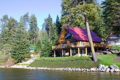 Ett hus vid sjön på den sjöWenatchee nationalparken, Washington, USA Arkivfoton