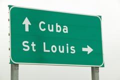 Ett huvudvägtecken på rutt 44 visar en pil till St Louis, Missouri och Kuban Missouri Fotografering för Bildbyråer
