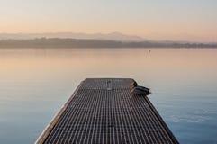 Ett idylliskt landskap på sjön Greifensee i Schweiz royaltyfria bilder