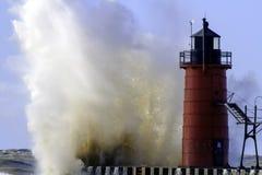 Ett ilsken Lake Michigan och fyr royaltyfria foton