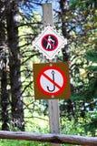 Ett inget fiske inget fotvandra tecken på ett träd arkivbild