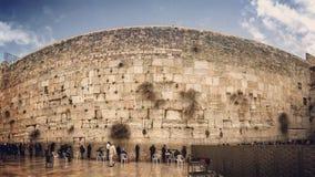 Ett inspirera skott av folk som ber på den västra väggen i Jerusalem royaltyfria foton
