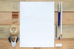 Ett inspirerande träkontorsskrivbord Arkivbilder