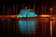 Ett intensivt blått ljus exponerar Il Lazzaretto i natten Fotografering för Bildbyråer