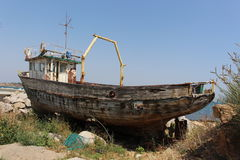 Ett intressant gammalt skepp nära porten av Chernomorets, en dragning royaltyfri fotografi