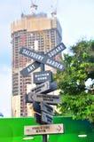 Ett invecklat vägmärke med många riktningar på gatan av Hong Kong royaltyfri fotografi