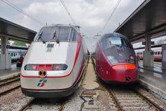 Ett italienskt snabbt drev på den Venedig stationen Arkivfoton
