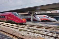 Ett italienskt snabbt drev på den Venedig stationen Arkivbild